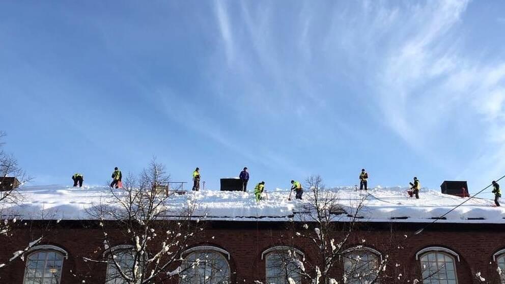 Snöskottare på taket till KTH