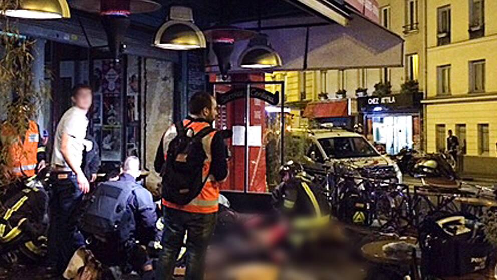 Räddningstjänst utanför la Belle Equipe efter skottlossningen.