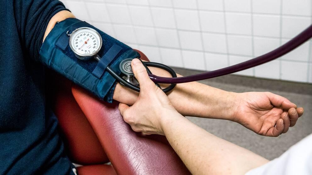 Mätning av blodtryck på patient.