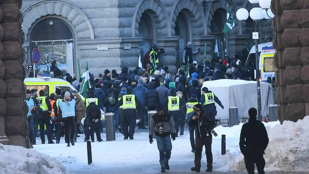 Nazistiska Nordiska motståndrörelsen har samlats vid Mynttorget i Stockholm.