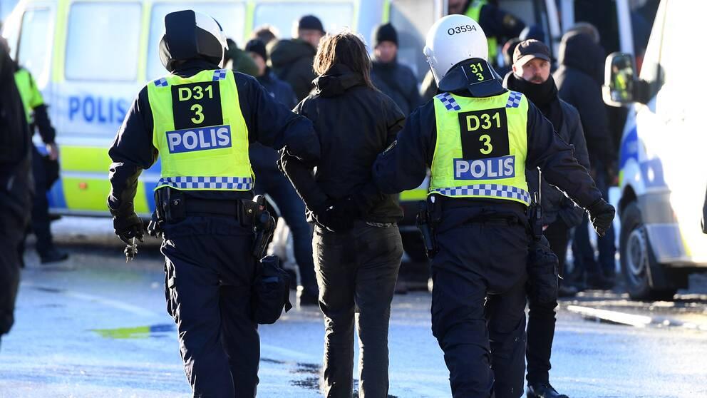 Polisen griper en person i samband med motdemonstrationer den 12 november.