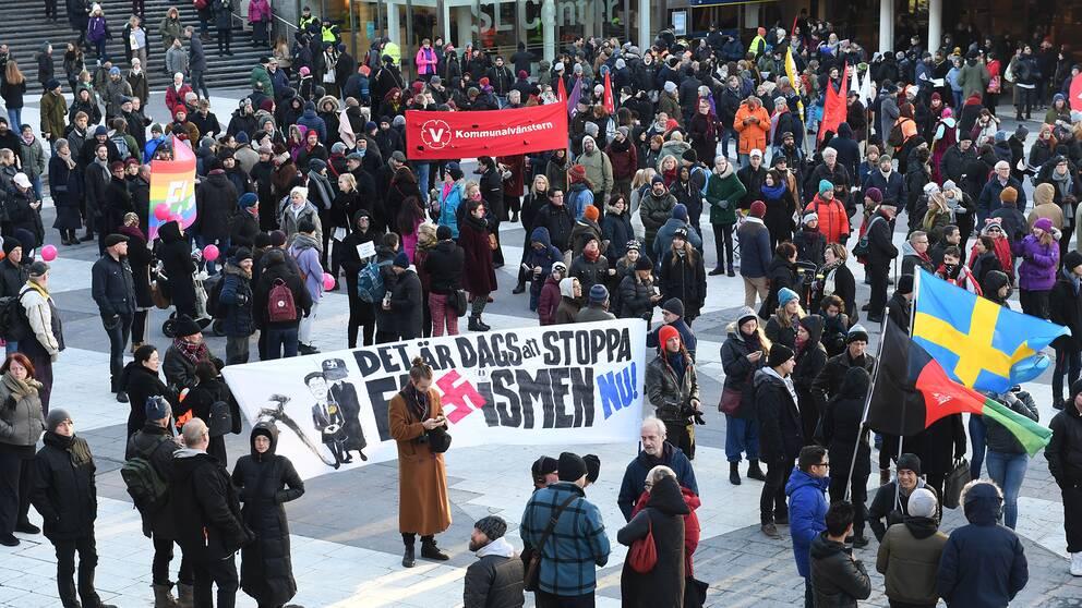 Människor samlas på Sergels torg i Stockholm på lördagsförmiddagen för en motdemonstration mot Nordiska motståndsrörelsens demonstration som skall avgå från Kungsträdgården till Mynttorget lite senare på dagen.