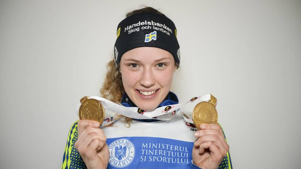 Hanna Öberg med sina två JVM-guld.