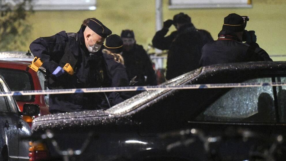 Polisens tekniker undersöker platsen. En man har avlidit efter en skottlossning i stadsdelen Seved i Malmö på måndagskvällen. Polisen fick larm om skottlossningen vid 20.45-tiden på kvällen och även ambulans och räddningstjänst åkte till platsen. Där fanns den skadade mannen, vars ålder är okänd, och han fördes till sjukhus.