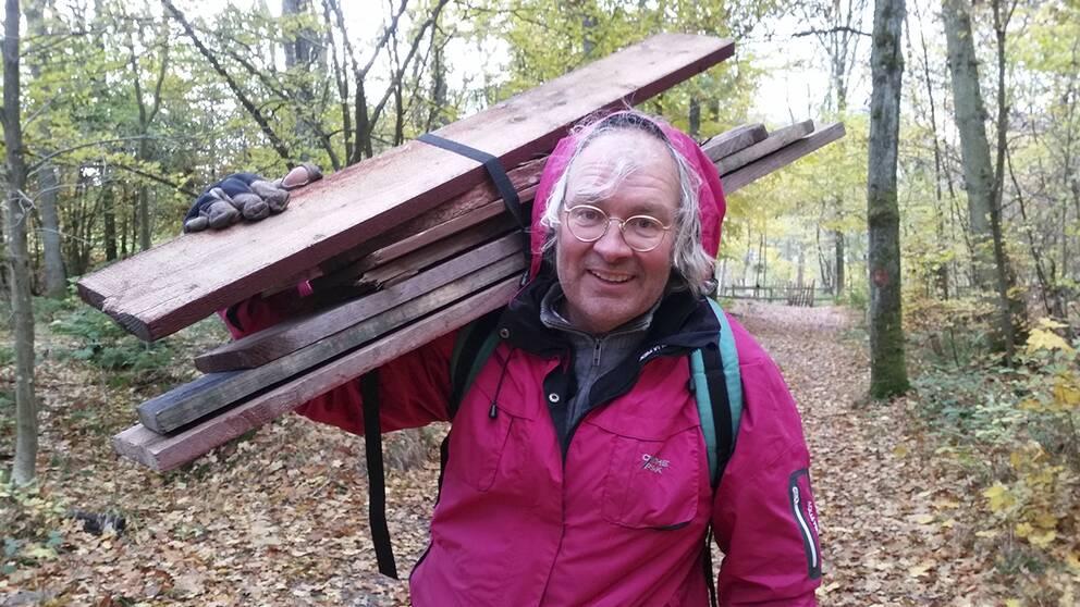 Konstnären Fredrik Larsson har tagit på sig uppgiften som Nimis vaktmästare i Lars Vilks frånvaro.