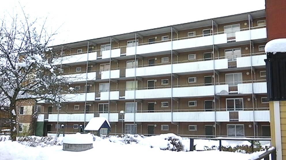 Husfasad i Husby i snö