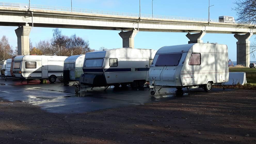 Husvagnar uppställda under Ölandsbron, på Svinö.