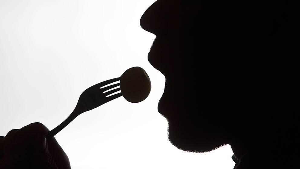 Man som äter.