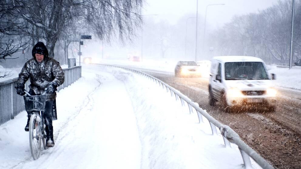 Under vintern ökar olycksrisken för cyklister.