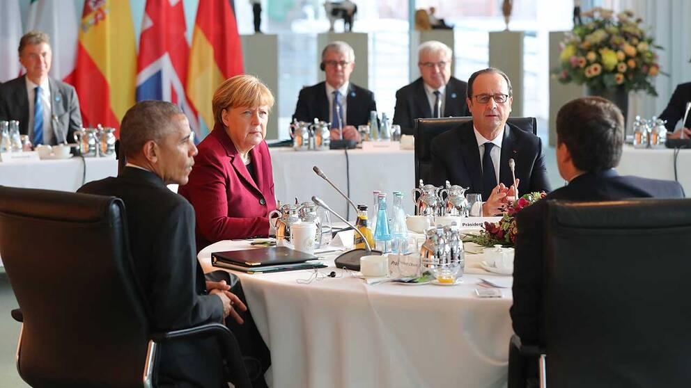 USA:s avgående president Barack Obama avslutade sitt besök i Berlin med ett samtal med ledarna för Västeuropas största länder. På bilden syns förutom Obama: Tysklands förbundskansler Angela Merkel, Frankrikes president François Hollande och Italiens premiärminister Mateo Renzi (med ryggen mot kameran).