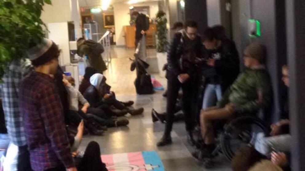 Personer i en av korridorerna på Socialstyrelsen