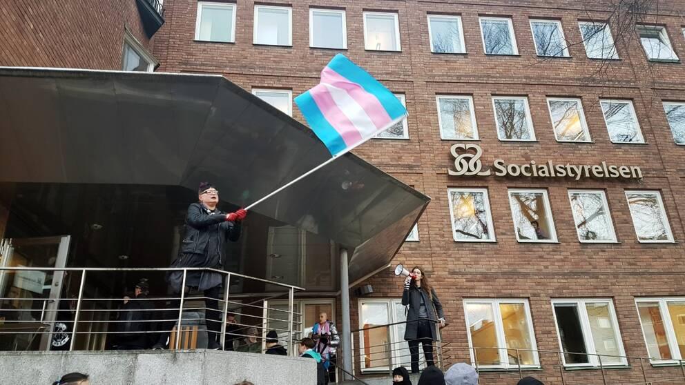 En aktivistgrupp för främjandet av transrättigheter i Sverige med fokus på sjukvård ockuperade delar av Socialstyrelsens lokaler på Rålambsvägen i Stockholm.