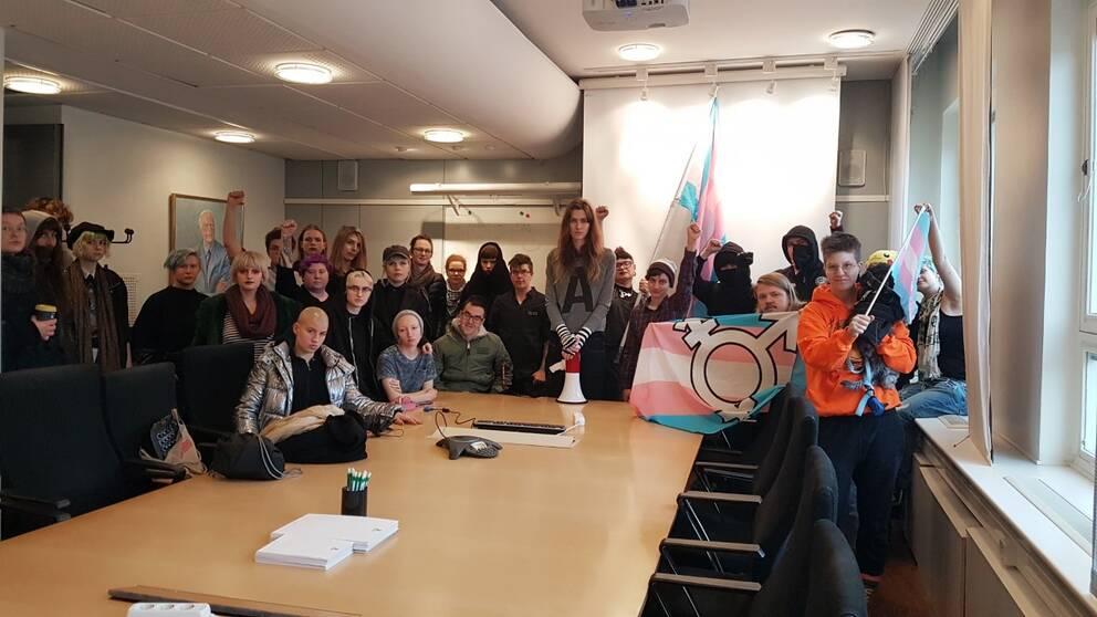 Transaktivister ockuperade Socialstyrelsen i Stockholm för att visa sitt missnöje.