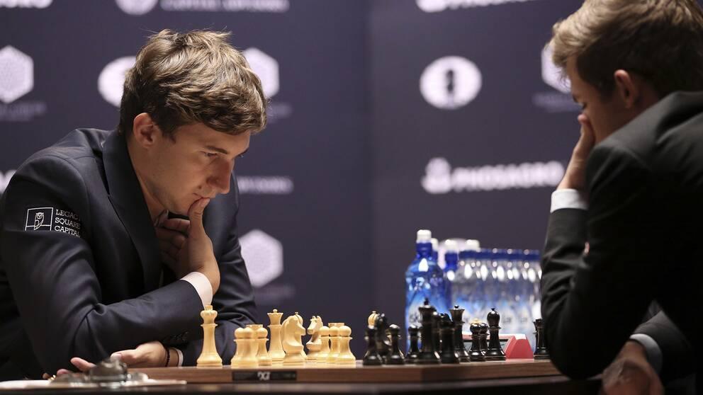 Norrmannen Magnus Carlsen förlorade det åttonde partiet mot ryssen Sergej Karjakin. Bilden är tagen under det fjärde partiet.