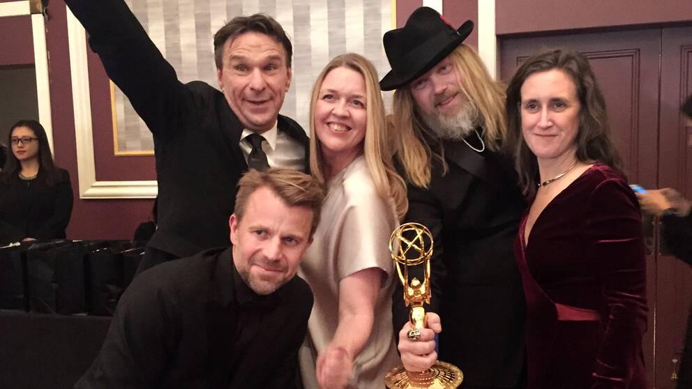 Anders Lundin (högst upp till vänster) lycklig med SVT-gänget Mathias Engstrand, Ebba Adielsson, Christer Åkerlund och Hanna Stjärne på plats i New York efter vinsten på Emmy-galan 2016.