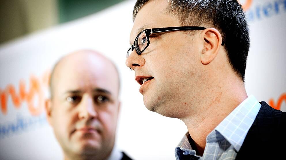 Moderaternas partisekreterare Kent Persson och statsminister Fredrik Reinfeldt tappar fart i opinionen.