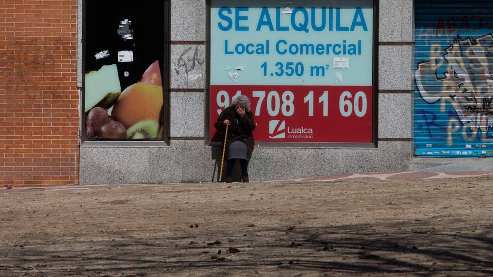 Kvinna framför tom lokal
