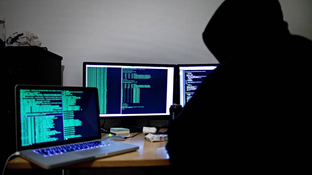 En person framför en dator.