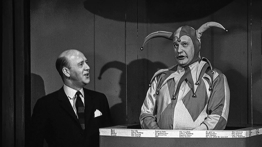 Lennart Hyland och skådespelaren Carl-Gustaf Lindstedt (som gubben i lådan) under inspelningen av första Hylands hörna januari 1965.