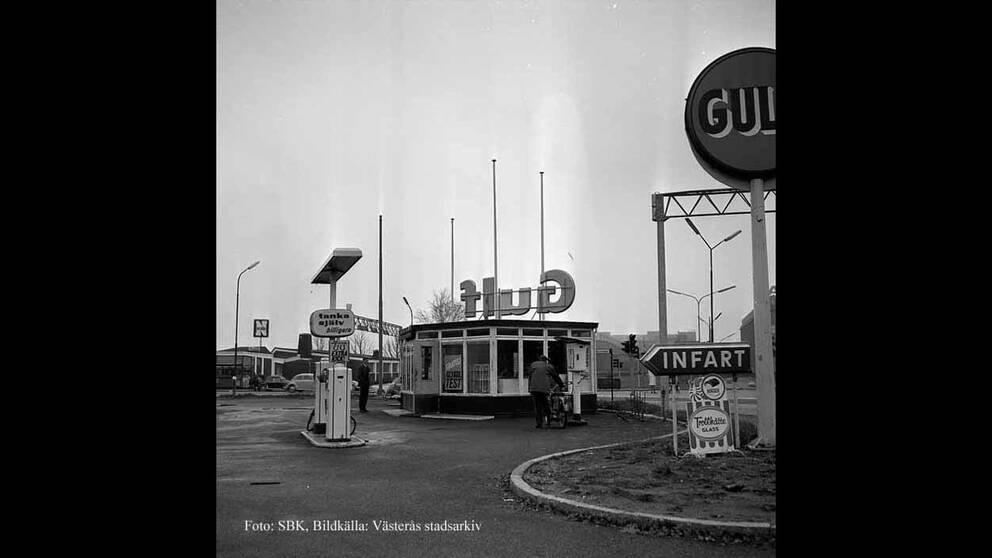 Infarten från Pilgatan med bensinpumparna och kioskdelen, cirka 1966.. Macken revs ca 1966 – 1967.