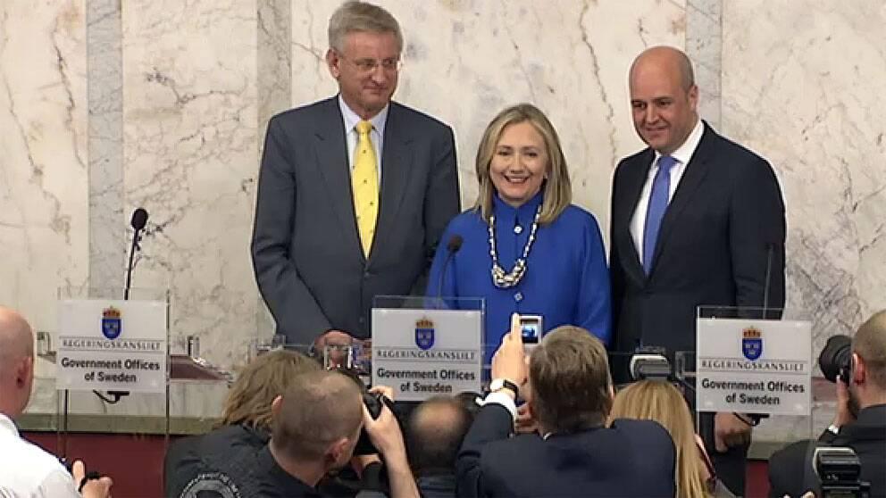 Carl Bildt, Hillary Clinton och Fredrik Reinfeldt på pressträffen på Rosenbad. Foto: SVT
