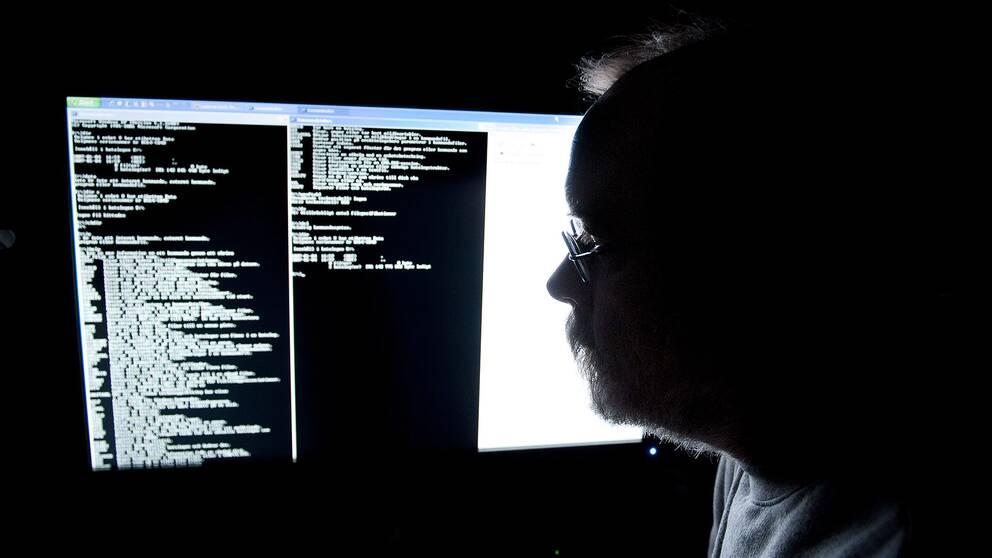 En man framför en datorskärm.