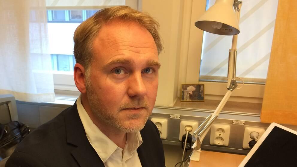 Kristoffer Holt på sitt kontor på Linnéuniversitetet i Kalmar.
