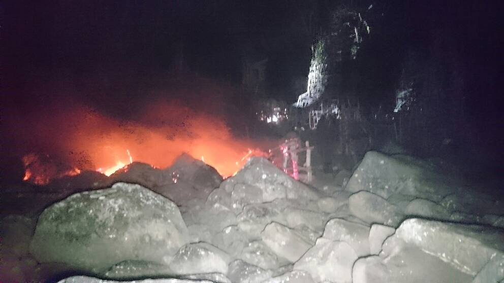 Nimis står i lågor – branden misstänks vara anlagd.