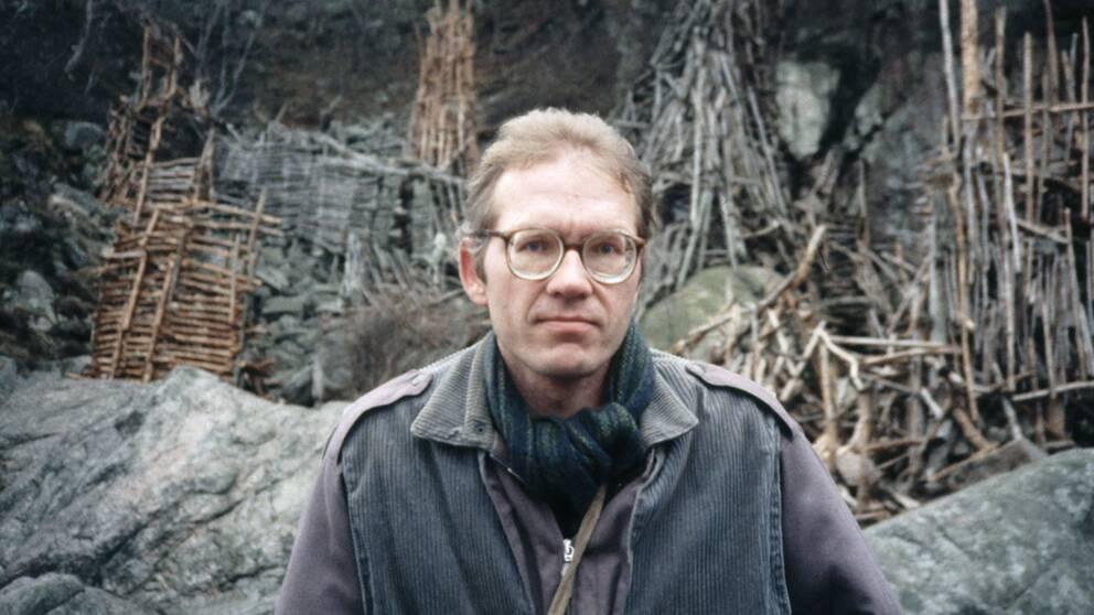 Konstnären Lars Vilks framför sitt svartbygge Nimis i Kullabergs naturreservat och på Krapperups ägor 1990.