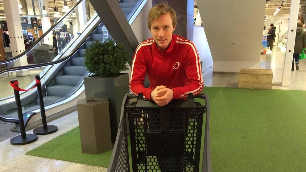 Patrik Olsson med en tom kundvagn