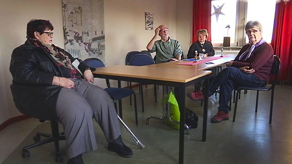 Personer från handikappföreningen sitter runt ett bord.