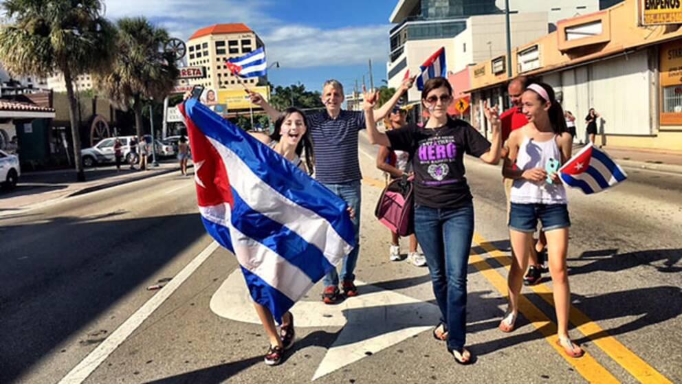 Unga exilkubaner firar i Little Havana i Miami.