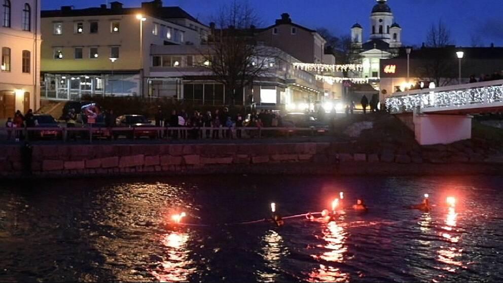 Enligt uppgift slöt runt 200 Härnösandsbor upp för att följa årets upplaga av kanalsimningen. Desto färre var det som befann sig i vattnet, sju stycken.
