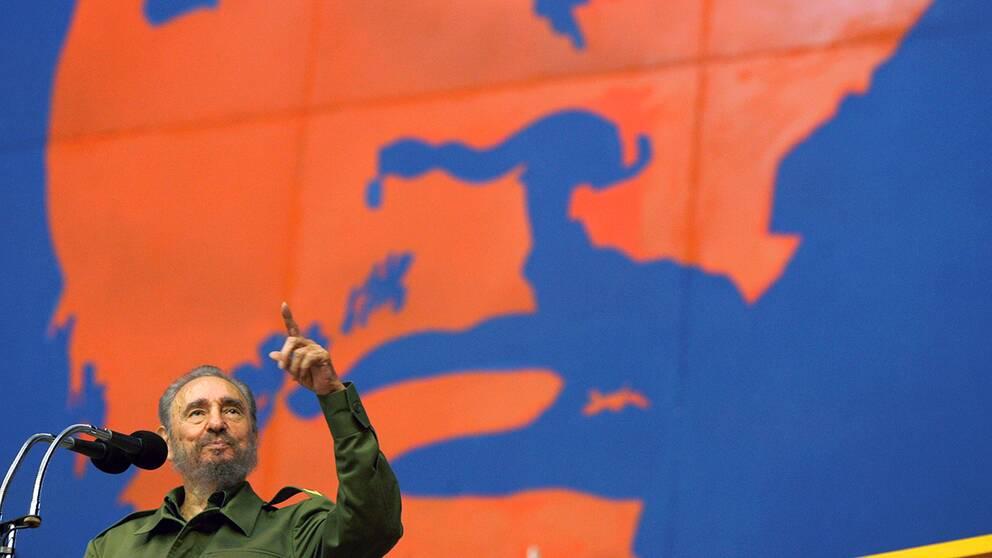 Fidel Castro håller tal under en målning föreställande Che Guevara som stred tillsammans med Castro under Kubarevolutionen på 50-talet.
