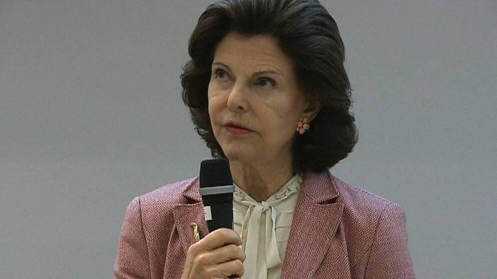 drottning Silvia håller anförande