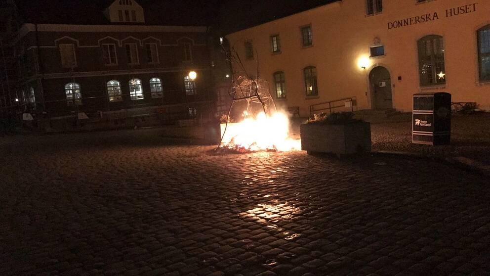 Visbys försök till julbock har brunnit upp.