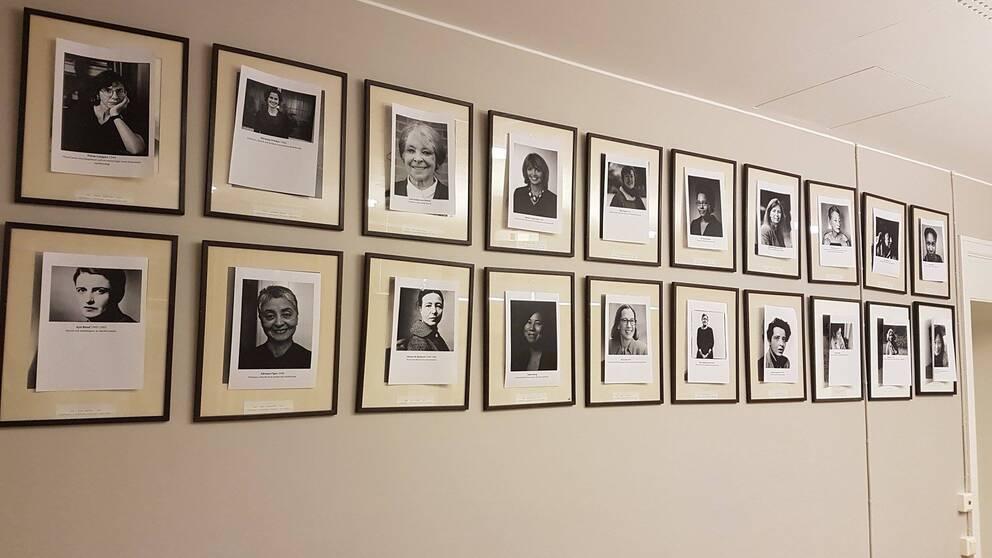 Tjugo porträtt. Alla män. Det räckte för att någon skulle få nog och skriva ut tjugo stycken A4-papper, och tejpa upp dem över de tjugo porträtten, som nu istället föreställer kvinnor.