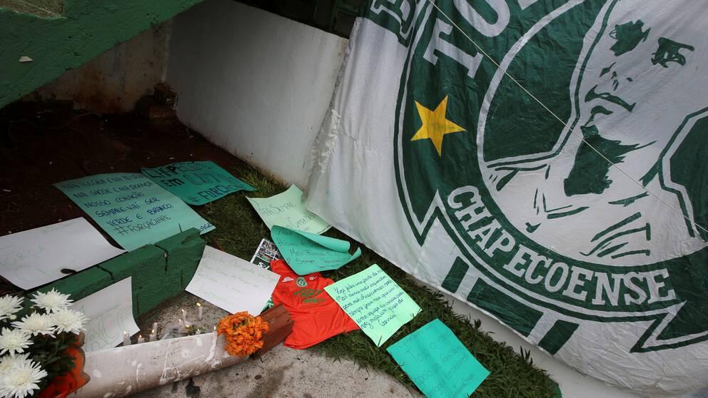 Blommor och meddelanden vid Chapecoenses arena i Brasilien.
