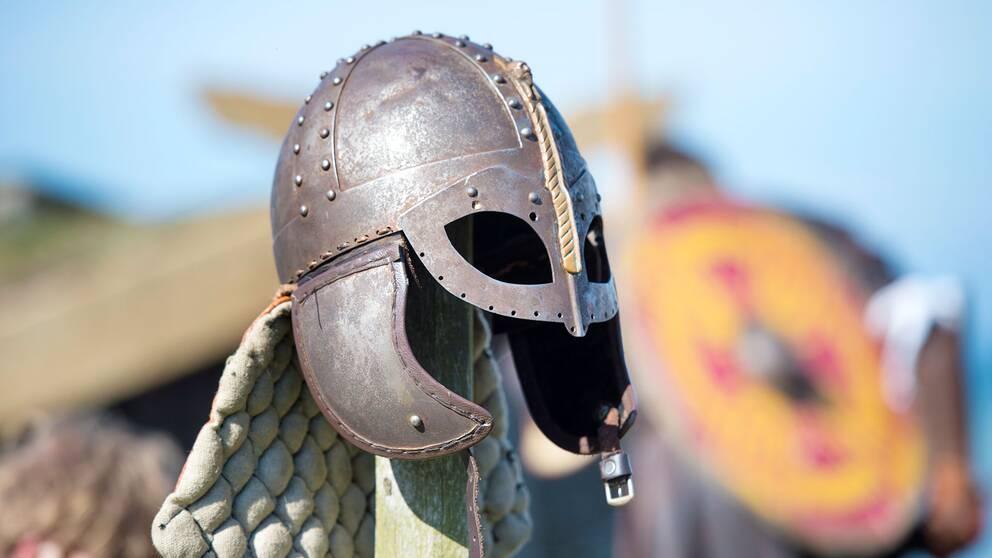 En vikingahjälm hänger utanför Fotevikens museum i Höllviken.