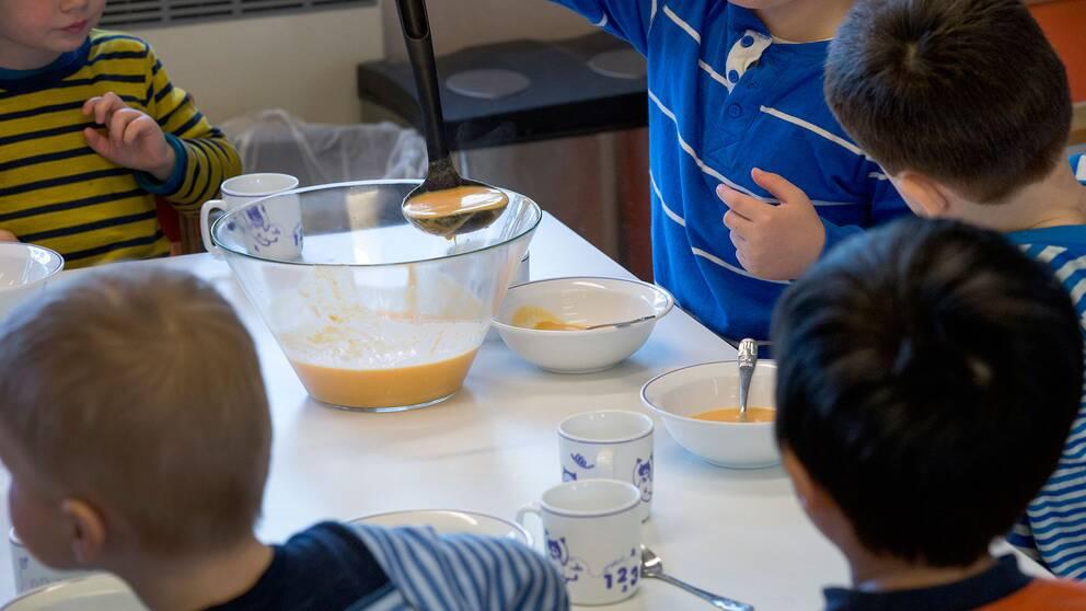 Barn äter på förskola.