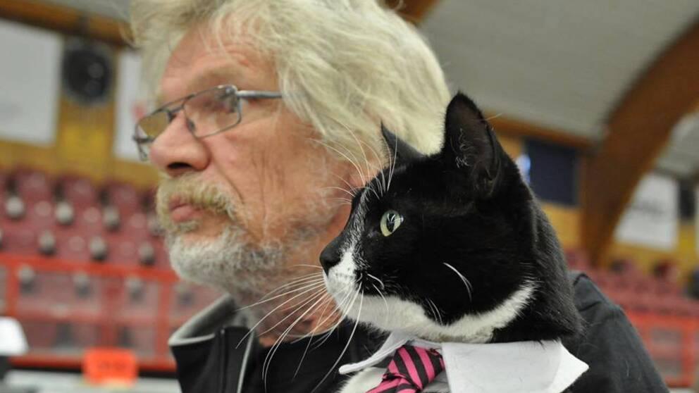 Lars Leveau och katten Sören Fernström från Blekinge, som under sex år har samlat in över en halv miljon kronor till behövande katter runt om i Sverige genom att människor får betala för att klappa honom.