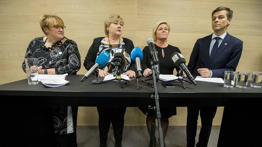 Venstres Trine Skei Grande, statsminister Erna Solberg, finansminister och FrP-ledaren Siv Jensen och KrF-leder Knut Arild Hareide vid lördagens presskonferens.