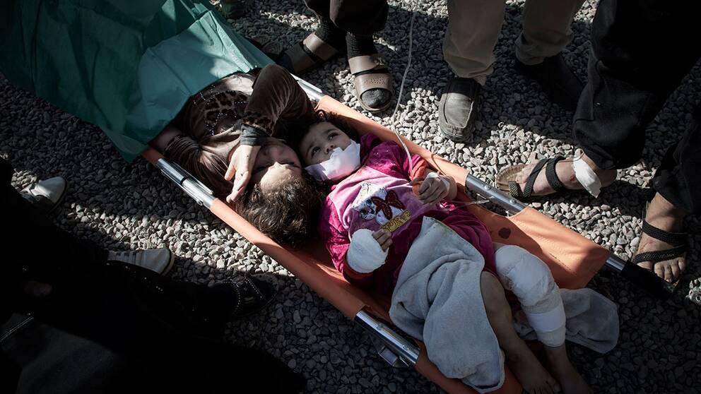Munna och hennes syster Nada ligger på britsen tillsammans. Det råder brist på sängar vid fältsjukhuset, några barn placeras till och med på pappbitar på marken.