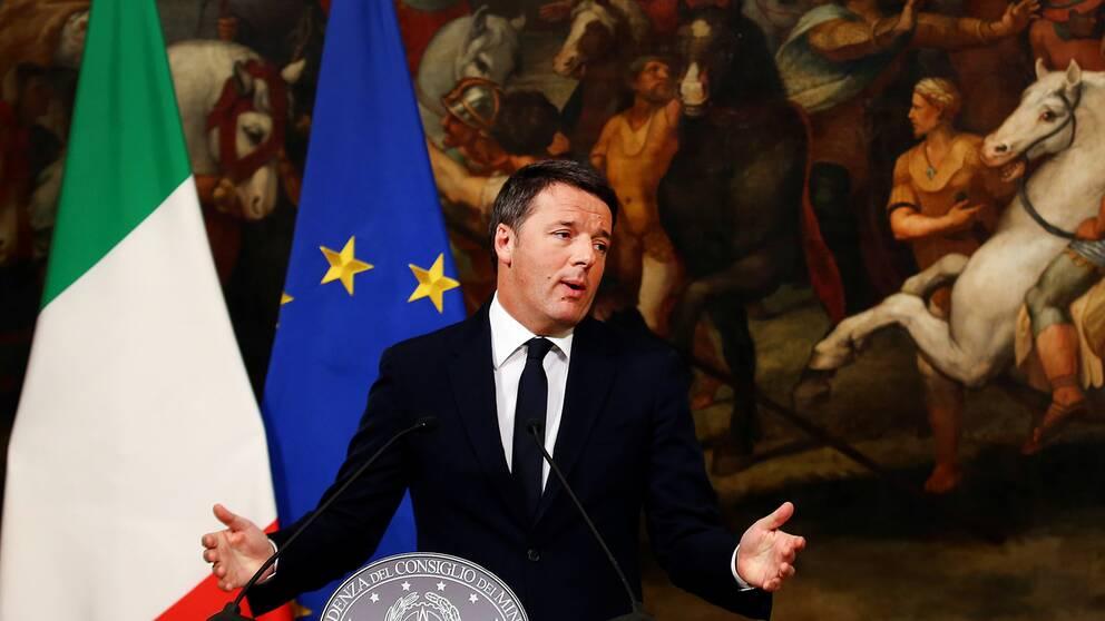 Italiens premiärminister Matteo Renzi meddelade i natt att han avgår efter nederlaget i folkomröstningen om ny grundlag.