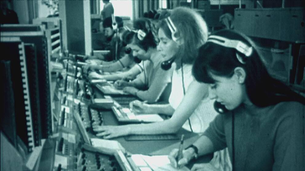 En svartvit gammal bild av växeltelefonister i en manuell telefonväxel.
