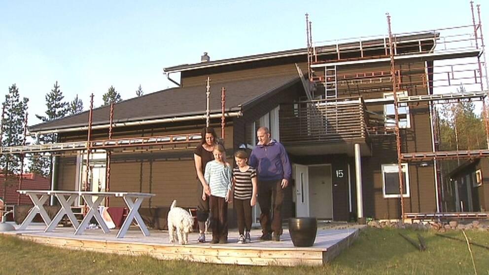 Familjen Rydback tvingas lämna sitt mögelsjuka hus.