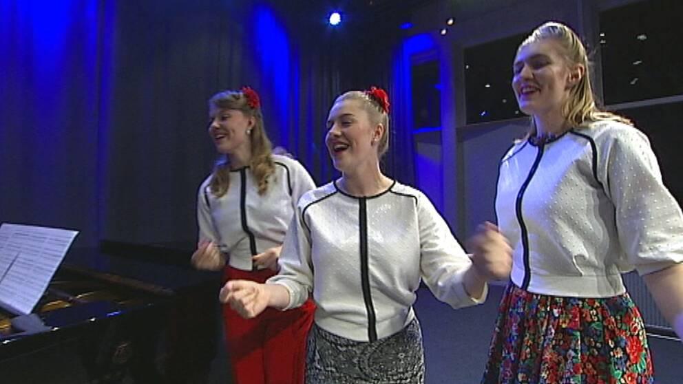 Hebbesisters på scen, Emelie, Josefin och Maria Hebbe