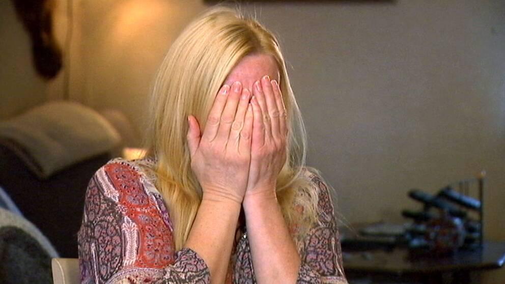 Anneli Söderström, syster till mördade Eva, börjar gråta under intervjun med SVT.