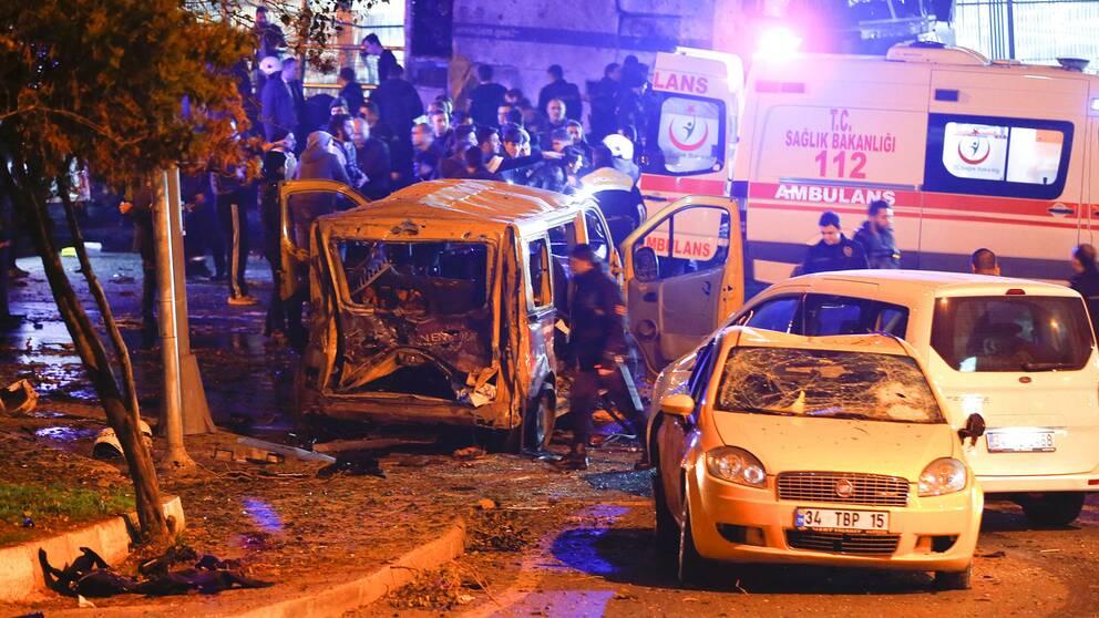 Bild på buss som exploderat.