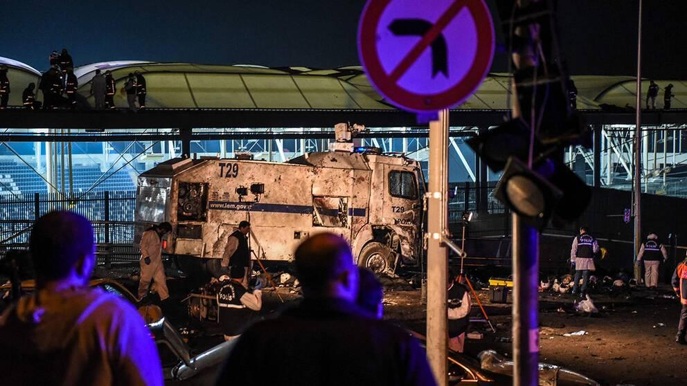 Polis och räddningstjänst under natten efter explosionerna.